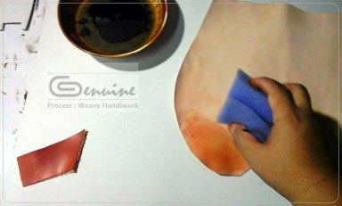 การลงสีหนังฟอกฝาดด้วยมือ ที่ประณีต และต้องใช้ความชำนาญเป็นอย่างสูงเพื่อให้ได้โทนสีที่สม่ำเสมอ และถูกต้องตามความต้องการ